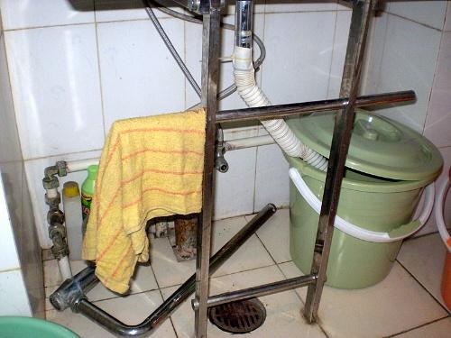 脏水桶的水通过水泵