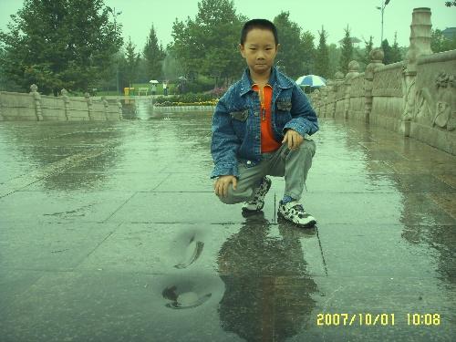 赵州桥游记 终于盼到十一长假了,可以去我梦想已久的赵州桥了,赵州桥的故事我几乎都会背诵了,这次要去看真正的赵州桥,我高兴得都要飞了。 为了避开堵车的痛苦,9月30日下午15:30,爸爸就开车带我们踏上去河北赵县的旅程。 高速路上的感觉真好啊,爸爸的车开到了160迈,真的又快又稳!
