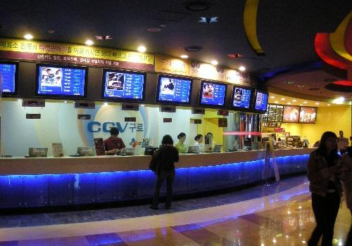 电影院的售票处和卖食品的地方.