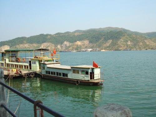 岛度假村座落在飞来峡水库中央,是四面环水,景色秀丽,空气清新,清远