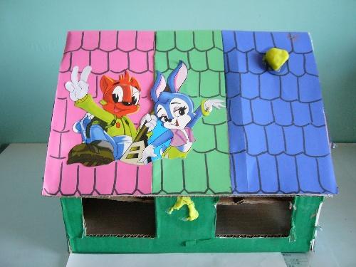 接着,我又把盒子宽边剪成三角形当屋脊.