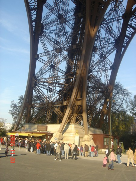 三角铁组成的巴黎埃菲尔铁塔
