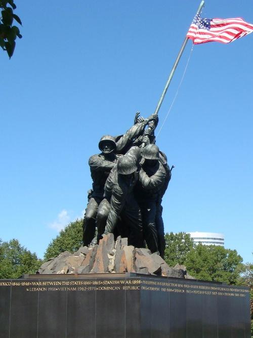 表现的是二战太平洋战争期间,美军攻占硫磺岛时,海军陆战队员将星条旗