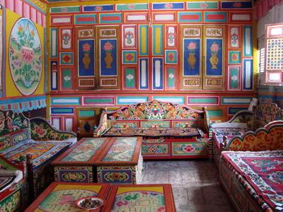 室内装修是藏族传统的手工木雕和彩绘