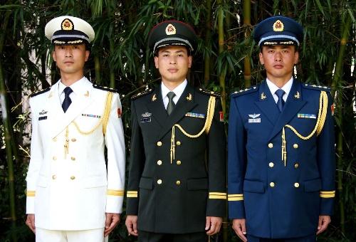 着07式军官礼服的海陆空三军军官-中国人民解放军07式军服穿着规定图片
