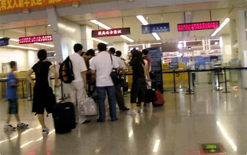 托运的行李也已经放置到飞机上面;时间到13:43还没开始检票登机,大家