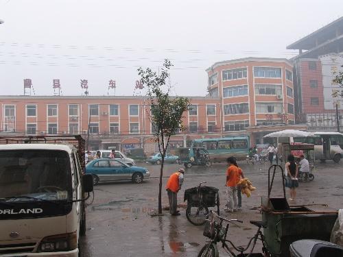 曹县汽车站,从烟台到这,十三个小时,住在对面,几天来的主要街景.