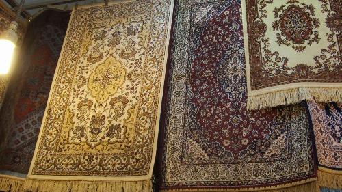 地毯是维吾尔族人用来铺在房间地上的饰品,由美丽的图案织出来的,即