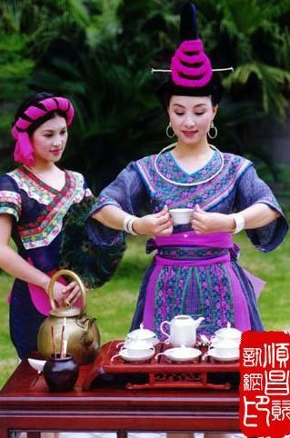 畲族女孩衣服手绘