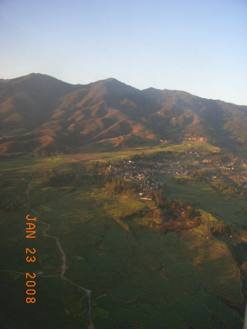 临沧--大山中的坝子 机场--建在山顶上