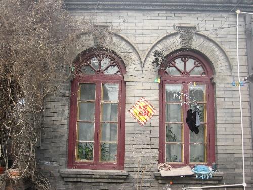 拱门两侧为民国式拱券窗平房建筑