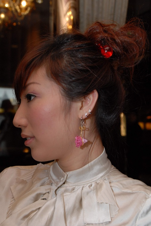 做我们发型模特的小姑娘,很卡哇伊,超喜欢她的水晶耳环,粉嫩粉嫩的.