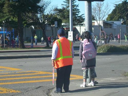 小学生过马路红绿灯简笔画彩色-护送小孩过马路