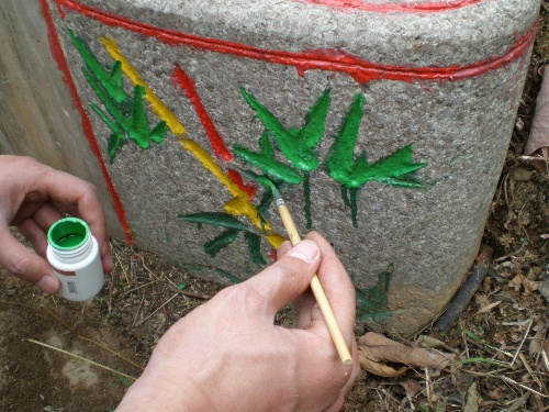 为墓碑上的文字和装饰花纹涂上新漆.
